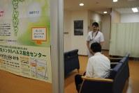 大阪メンタルヘルス総合センターの待合室は他の来院者と接しないように配慮されている=大阪市浪速区のなにわ生野病院で