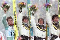 1998年長野冬季五輪ノルディックスキー・ジャンプ団体で優勝し、競技直後に白馬村の会場で開かれたフラワーセレモニーでブーケを贈られた(左から)船木和喜、原田雅彦、岡部孝信、斎藤浩哉=1998年2月17日、平野幸久撮影