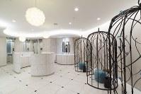 東京都の吉祥寺駅ビル「キラリナ京王吉祥寺」の女子トイレ。手前は鳥かごをイメージした身だしなみスペース、奥に配置された個室は並んでいても空き状況が分かる=設計事務所ゴンドラ提供