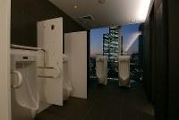 東京駅八重洲北口にある「大丸東京店」の男子トイレ。窓側に立つと眺望が楽しめ、ぜいたくな空間を演出している=設計事務所ゴンドラ提供
