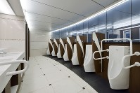 小田急電鉄新宿駅に設置されている男子トイレ=設計事務所ゴンドラ提供
