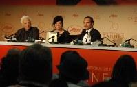 映画「ユー・ワー・ネバー・リアリー・ヒア」で脚本賞を受賞したリン・ラムジー監督(中央)と男優賞のホアキン・フェニックス(右)=仏カンヌの記者会見場で2017年5月28日、木村光則撮影