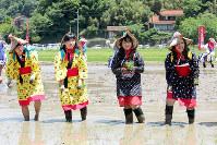 花田植え参加した女性たち=島根県江津市川平町で、田中昭則撮影