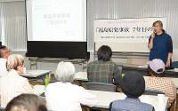 原発事故後の現状を訴える武藤類子さん(右奥)=和歌山市手平2の和歌山ビッグ愛で、最上和喜撮影