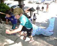 こいのぼりを持って石段を駆け上がる子どもたち=神戸市灘区の敏馬神社で、井上元宏撮影