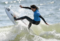 Japanese surfer Minori Kawai performs in the Ichinomiya Chiba Open women's final at Chiba Prefecture's Tsurigasaki Beach, on May 28, 2017. (Mainichi)