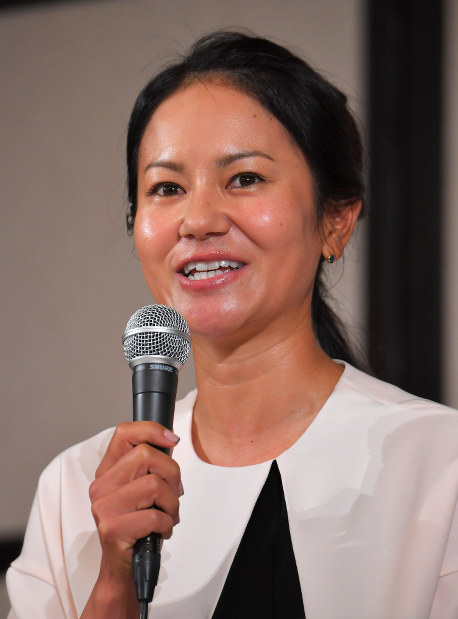 Professional golfer Ai Miyazato speaks at a news conference to announce her retirement in Tokyo on May 29, 2017. (Mainichi)