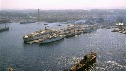 大型客船が停泊する横浜港の大桟橋=1965年