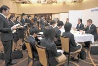 秋田県内の業界団体の担当者が、学生に仕事内容などを説明するセミナー。若者を県内に引き留めようと企画された=秋田市で2月21日、川村咲平撮影