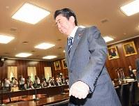 参院法務委員会に臨む安倍晋三首相=国会内で2017年5月30日午前10時5分、川田雅浩撮影