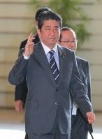 首相官邸に入る安倍晋三首相=2017年5月30日午前8時1分、長谷川直亮撮影