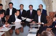 自民党役員連絡会であいさつする高村正彦副総裁(右)。左は二階俊博幹事長=国会内で2017年5月30日午前9時32分、川田雅浩撮影