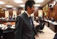 参院法務委員会での答弁を終えて委員会室を後にする安倍晋三首相=国会内で2017年5月30日午前11時52分、川田雅浩撮影