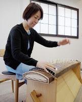 自宅で練習する西陽子さん=和歌山市内で、山成孝治撮影