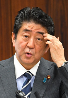 Prime Minister Shinzo Abe answers a question from Japanese Communist Party lawmaker Sohei Nihi during a House of Councillors Judicial Affairs Committee meeting on May 30, 2017. (Mainichi)
