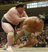 夏場所千秋楽で照ノ富士(左)に敗れた高安。平成生まれ両大関のライバル争いが、新世代を引っ張る=渡部直樹撮影