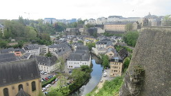 断崖上に築かれた城塞都市・ルクセンブルク旧市街と外周の川沿いの住宅街(写真は筆者撮影)