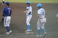 【沖縄電力-鹿児島ドリームウェーブ】七回裏ドリームウェーブ無死、有川真平選手(中央)がしぶとく四球を選んで出塁
