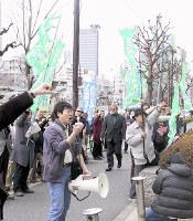 君が代のピアノ伴奏を拒否したとして別の教諭が受けた懲戒処分に抗議する支援者ら=東京都文京区の都教職員研修センター前で2007年3月5日、木村健二撮影