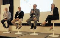 発足会合に出席したニューヨーク大のジェフ・ブーカ教授(左端)や、ハーバード大のジョージ・チャーチ教授(右から2人目)ら=米ニューヨーク市で5月10日