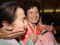 半世紀ぶりに再会し涙で抱き合う姉妹=2002年9月13日、AP