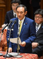 Chief Cabinet Secretary Yoshihide Suga speaks on a special bill to allow the abdication of Emperor Akihito, at the House of Representatives Committee on Rules and Administration on the morning of June 1, 2017. (Mainichi)