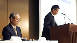 記者会見する東芝の綱川智社長(左)と平田政善専務(右)=2017年5月15日、丸山博撮影