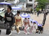 諏訪神社の長坂を上る築町の関係者