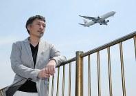 五郎は羽田空港から飛び立ち、機内で丹尾と知り合う。空港の方角を見つめる島田雅彦さん=東京都大田区の城南島海浜公園で、宮武祐希撮影