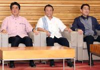 閣議に臨む麻生財務相(中央)。左は安倍首相、右は岸田外相=首相官邸で2017年6月2日午前8時半、小川昌宏撮影