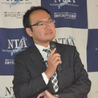 受賞を記念し講演する鈴木教授