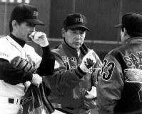 「ワンちゃんを呼ぶんだ」と意気込み、チームの土台作りに力を注いだダイエーの根本監督=高知のキャンプ地で1993年2月