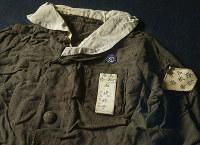 父の秀一さんが見つけた石崎睦子さんの制服。名札や校章がきれいに残っていた=広島市中区の原爆資料館で、山田尚弘撮影