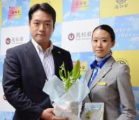 尾崎高知県知事にスズランの鉢を贈ったANA客室乗務員の森絵梨子さん=高知県庁で、柴山雄太撮影