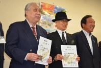 にいがた観光特使に就任した山岸英樹さん(左)と一二三さん(左から2人目)=新潟市中央区の県庁で