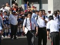大勢の野球ファンに見送られて球場を後にする早稲田実・清宮(中央右)=愛知県の小牧市民球場で2017年6月4日、兵藤公治撮影