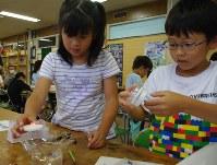 科学教室で水上ランタンを作る子どもたち
