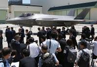 関係者と報道陣に公開されたF35Aの国内生産初号機=愛知県豊山町の三菱重工業小牧南工場で2017年6月5日、兵藤公治撮影