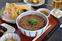 名人戦第6局1日目の佐藤天彦名人の昼食「天ぷら蕎麦」=甲府市の常磐ホテルで2017年6月5日午後0時17分、宮間俊樹撮影