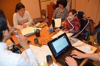 人工呼吸器使用者が搭乗しやすいサポート方法を紹介する「マニュアルビデオ」作りを進める「呼ネット」のメンバーら=東京都東大和市で、蒔田備憲撮影