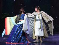 花組「邪馬台国の風」に主演する明日海りお(右)。左は新トップ娘役の仙名彩世=兵庫県宝塚市の宝塚大劇場で、川平愛撮影