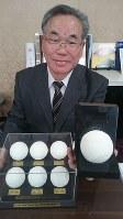 時代の変化に合わせて大幅に刷新された7代目のボールを持つ宗像専務理事=全日本軟式野球連盟で、長田舞子撮影