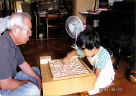 5歳で初めての将棋。すぐに祖父を追い越した=藤井裕子さん提供