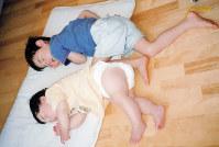 お兄ちゃんと昼寝中。「足の太さに注目」(裕子さん)=藤井裕子さん提供
