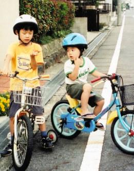 とにかく活発だった幼少期の聡太さん。左は兄=藤井裕子さん提供