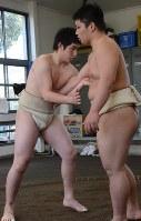 関東大会で新設の中量級に出場する水戸農高の田中直輝(左)。体重で約20キロ重い相手と稽古に励む