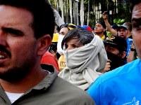 反政府デモ隊と治安部隊が衝突する戦況をみつめる若者=カラカスで2017年5月20日午後4時37分2017年5月20日午後4時37分、朴鐘珠撮影