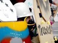 手製の盾を手に治安部隊と交戦する反政府デモ隊の若者=カラカスで2017年5月20日午後4時39分、朴鐘珠撮影