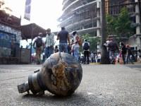 治安部隊が反政府デモ隊に向けて投げ込んだ催涙ガス弾=カラカスで2017年5月20日午後5時8分、朴鐘珠撮影
