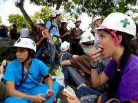 反政府デモ隊と治安部隊との衝突による負傷者を救護するため待機するボランティアの医大生=カラカスで2017年5月20日午後2時21分、朴鐘